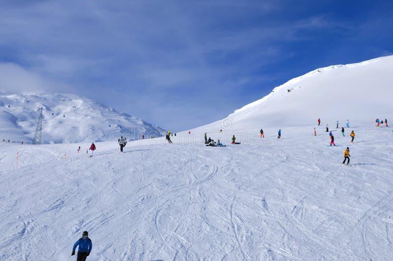 Schweiziska fjällängar: Vintersport Davos, Parsenn Weisfluhjoch arkivfoton