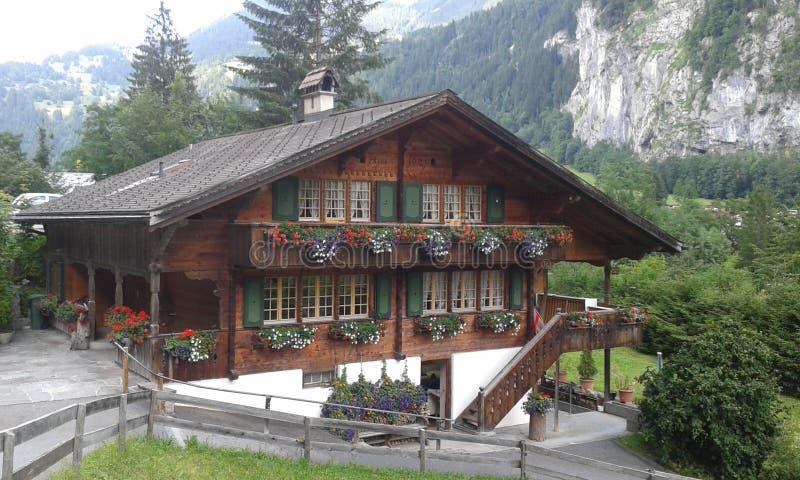 Schweiziska Lauterbrunen fjällängar royaltyfri bild