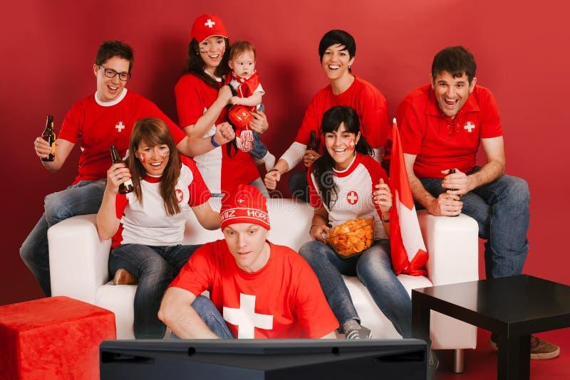 Schweiziska sportfans som är upphetsade om leken royaltyfri fotografi
