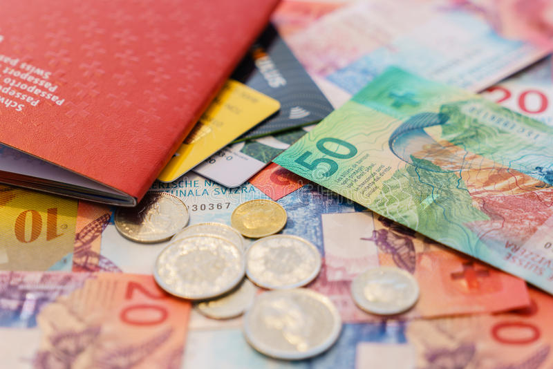Schweiziskt pass, kreditkortar och schweizisk franc med nya 20 och 50 schweizisk franc räkningar arkivbilder