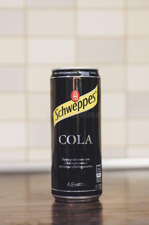 Schweppes cola i en can arkivfoton