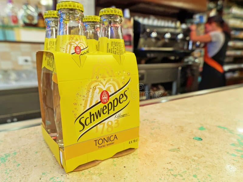 Schweppes Tonisch Water, pak van vier, op een barteller royalty-vrije stock foto's