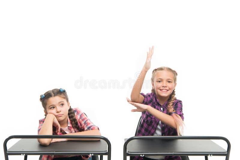 Schwer arbeiten auf ihrem Wissen Entzückende kleine Schulkinder, die in der Schule Schreibtische des Wissenstests führen Wissen u lizenzfreie stockfotografie