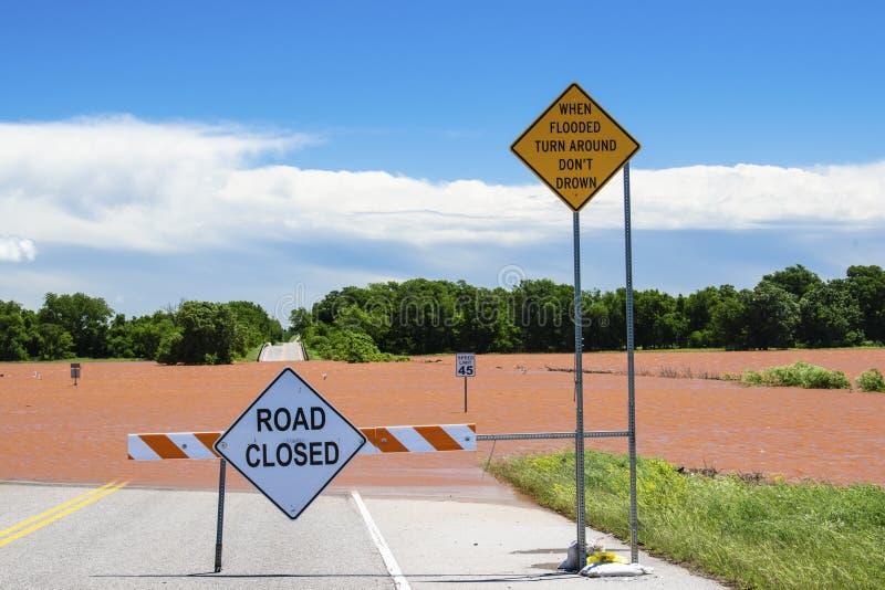 Schwere Überschwemmung in Oklahoma in der Nachbarschaft mit Warnzeichen lizenzfreies stockbild