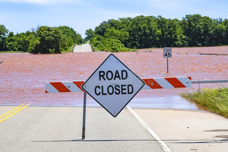 Schwere Überschwemmung in Oklahoma mit geschlossenem Zeichen der Straße lizenzfreie stockfotos