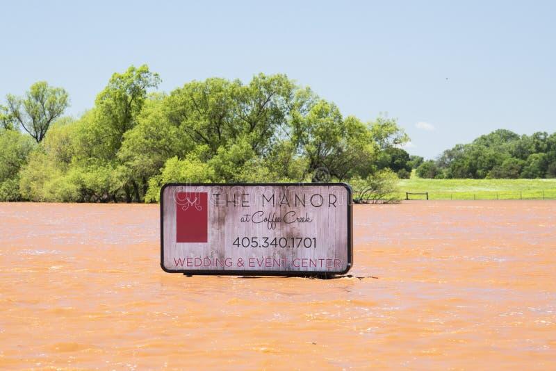 Schwere Überschwemmung in Oklahoma mit hohem Zeichen unter Wasser lizenzfreie stockfotografie