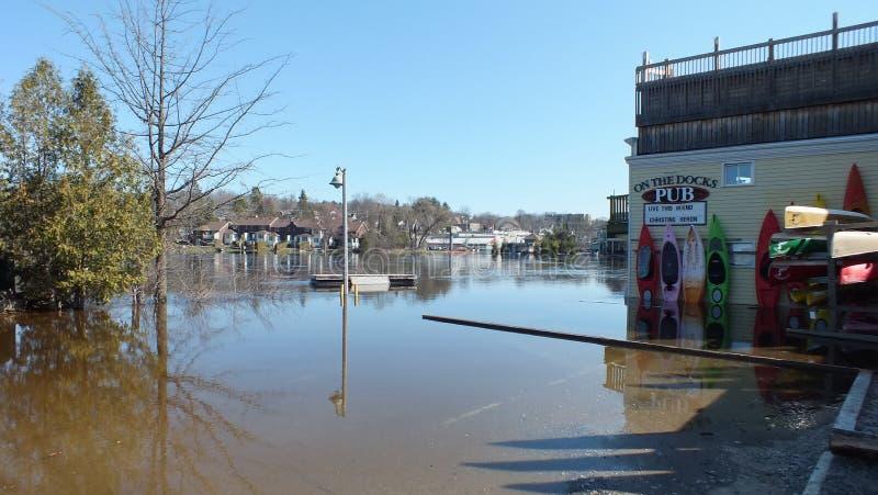 Schwere ?berschwemmung auf dem Muskoka-Fluss, der durch Huntsville, Ontario l?uft lizenzfreie stockbilder