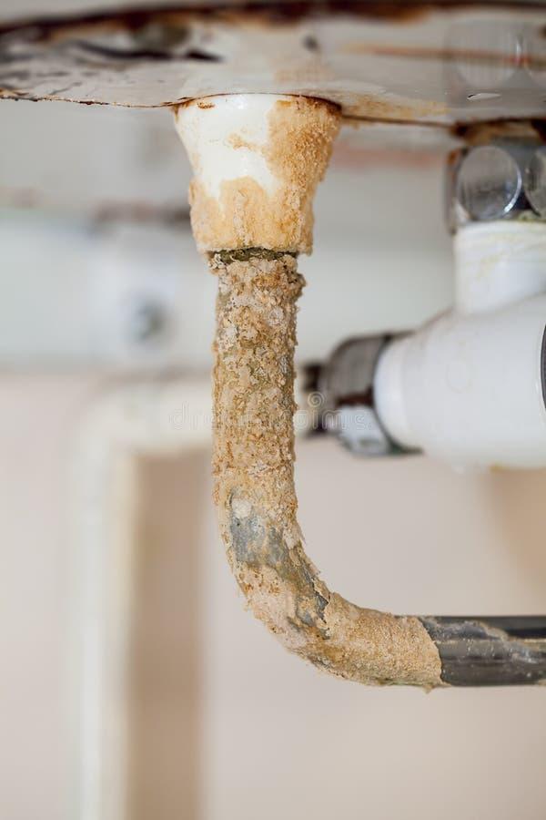 Schwere limescale Ablagerung auf einem rostigen Heißwassersystemrohr Schlechter pl stockfoto