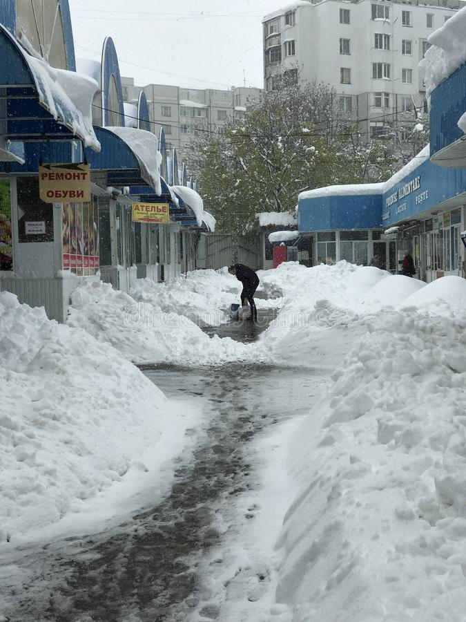 Schwere Schneefälle schlägt Chisinau mitten in Frühling lizenzfreie stockbilder