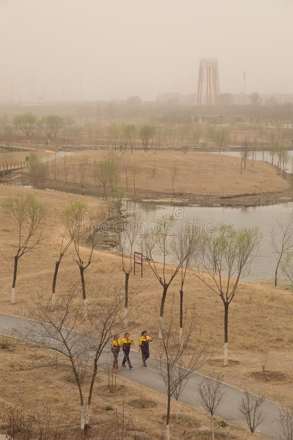 Schwere Smogverschmutzung schlägt Peking, China lizenzfreies stockfoto
