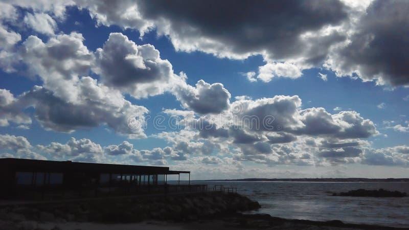 Schwere Wolken über dem Meer stockbild