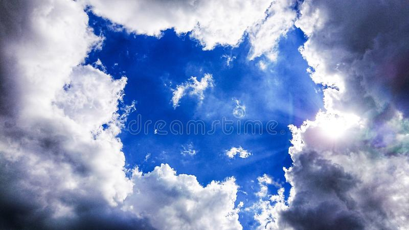 Schwere Wolken mit gespenstischem Gesicht stockfotografie
