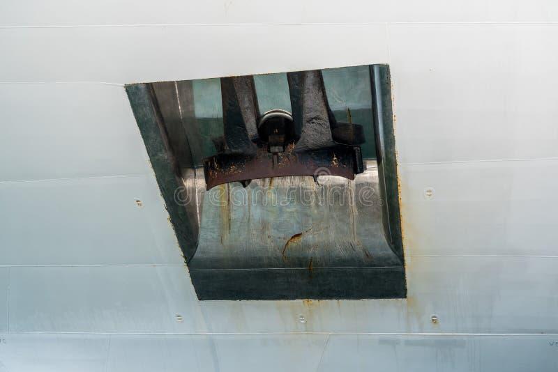 Schwerer Anker auf Seite des weißen Kreuzschiffs stockfotografie