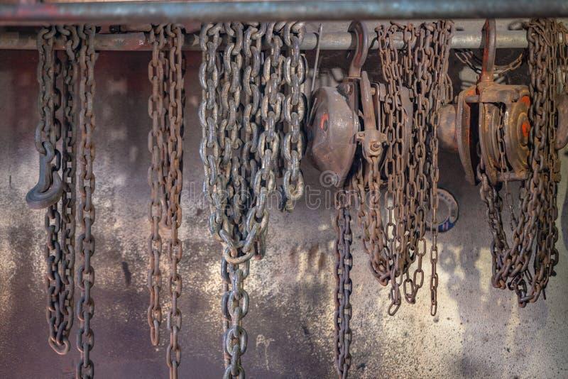 Schwerer Aufzugkettenfall auf der Wand lizenzfreies stockfoto