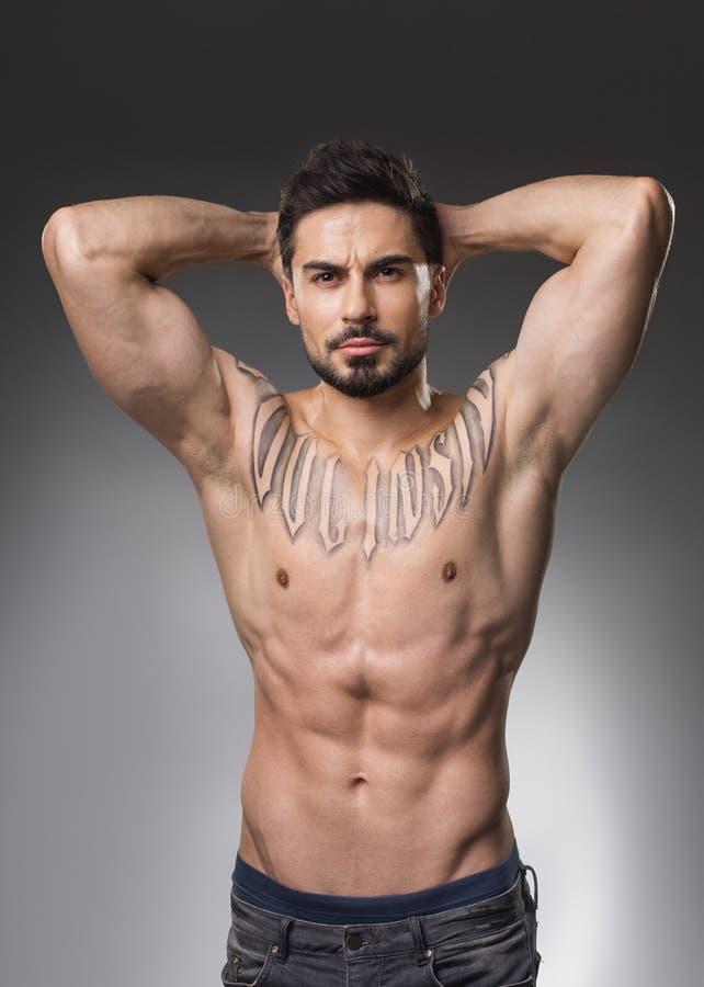 Schwerer Bodybuilder, der ohne Hemd aufwirft lizenzfreies stockfoto