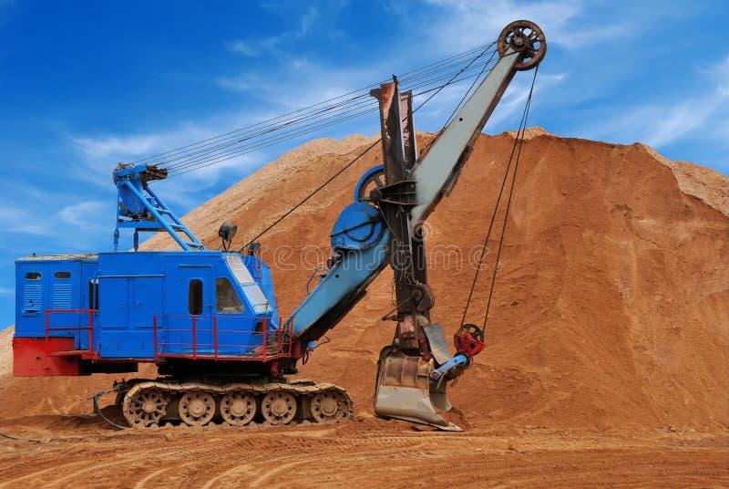 Schwerer elektrischer Exkavator im sandpit lizenzfreie stockbilder