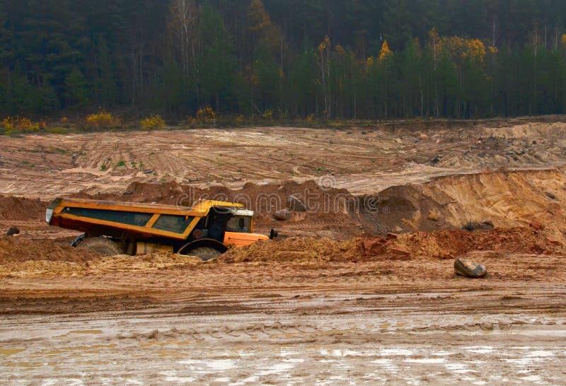 Schwerer großer Steinbruchkipplaster Die Arbeit von Baugeräten in der Minenindustrie Nützliche Mineralien der Produktion lizenzfreie stockfotografie