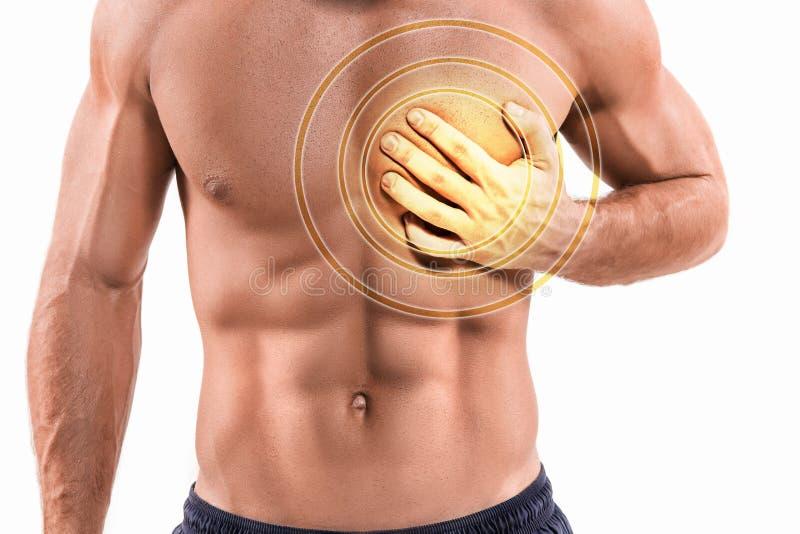 Schwerer Kummer, Mann, der unter Schmerz in der Brust, Herzinfarkt oder schmerzliche Klammern habend leidet lizenzfreie stockbilder