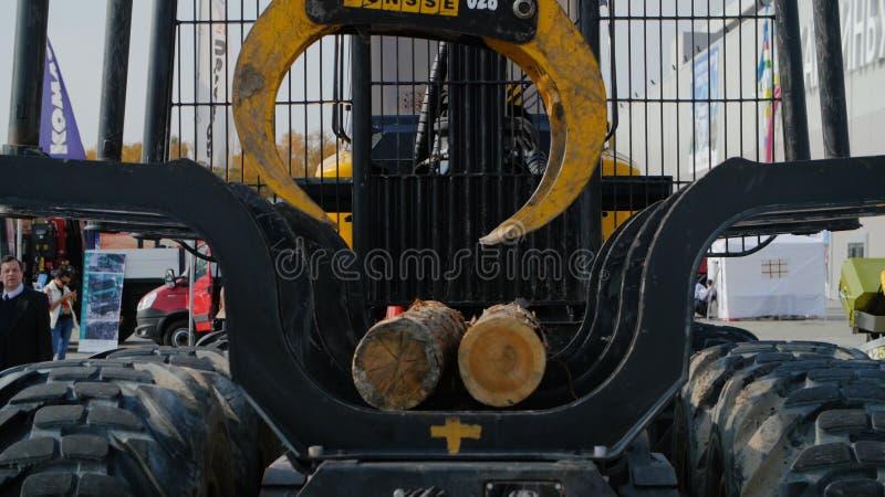 Schweres Ausrüstungsladen mit Schererschnittklotz Großer Klotzlader und -operationen im Holzplatz an einem Nadelbaumklotz stockfotografie