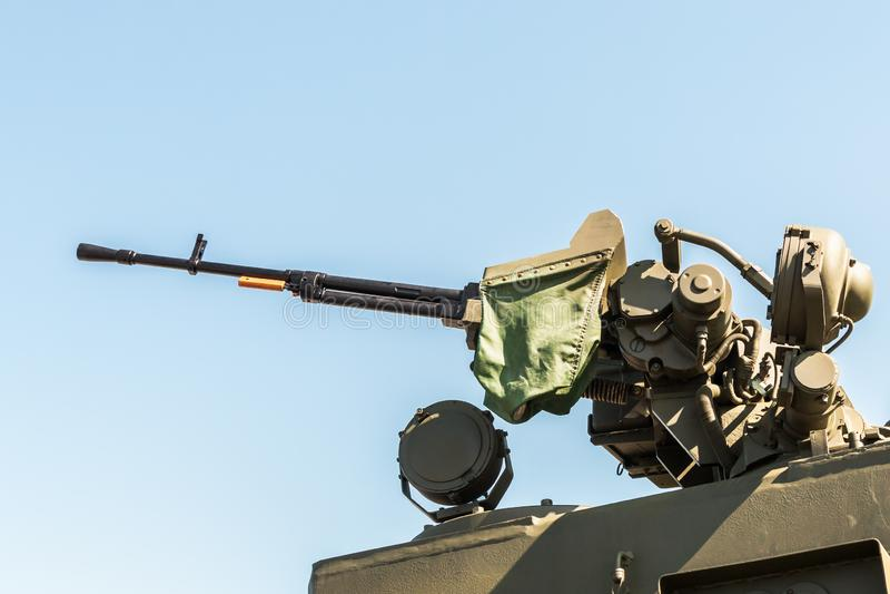 Schweres Maschinengewehr brachte am Drehkopf eines Behälters an lizenzfreie stockbilder