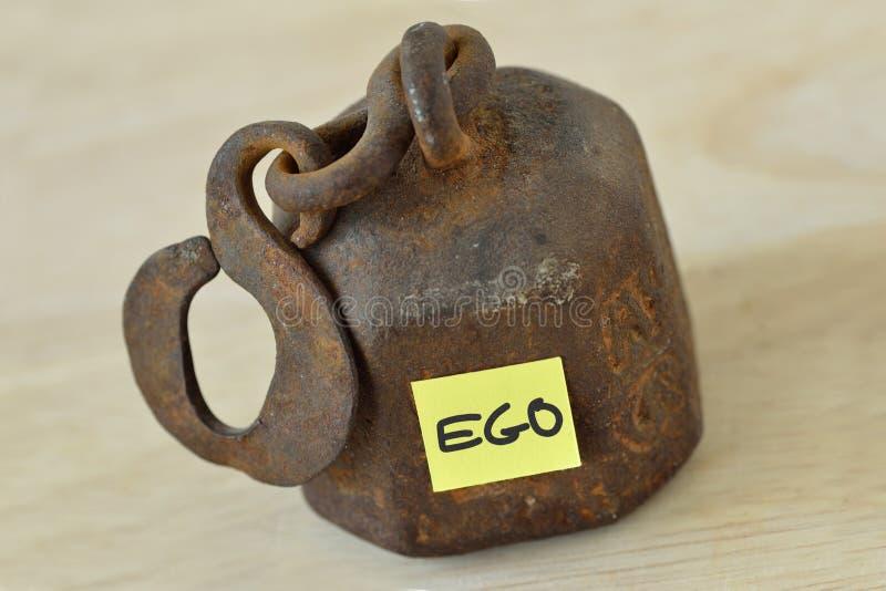Schwergewicht mit dem Wort Ego geschrieben auf Papieranmerkung - Ego conce lizenzfreies stockbild