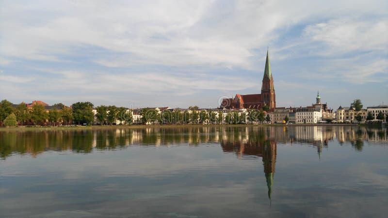 Schwerin καθεδρικός ναός στο υπόβαθρο της λίμνης στοκ φωτογραφία με δικαίωμα ελεύθερης χρήσης
