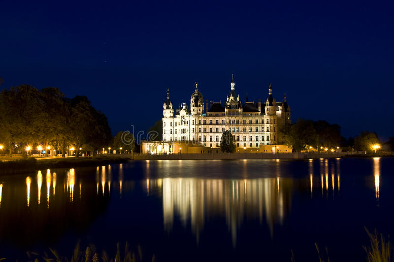Schwerin na noite foto de stock royalty free