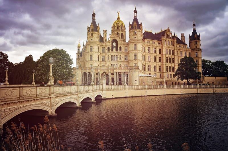 Schwerin pałac w Niemcy, frontowa strona z mostem zdjęcie royalty free