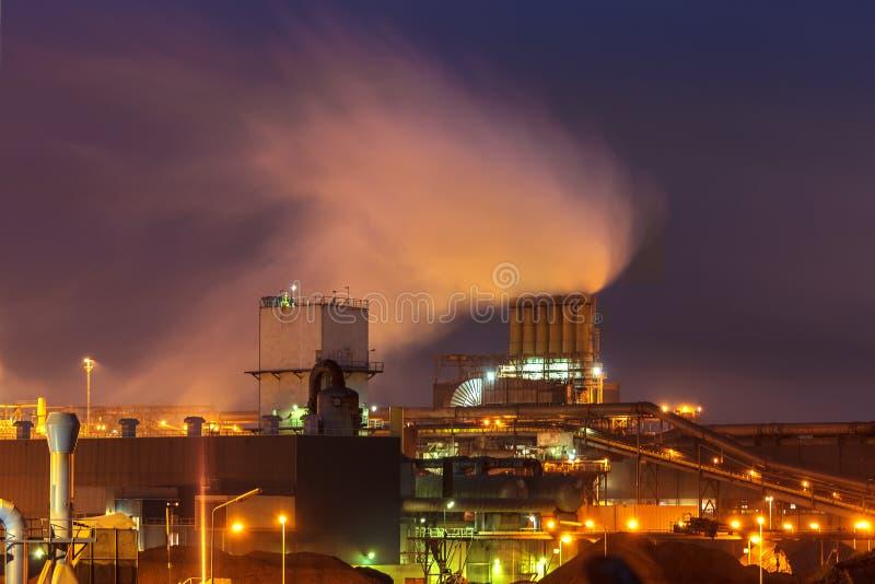 Schwerindustrie nachts in den Niederlanden stockfotografie