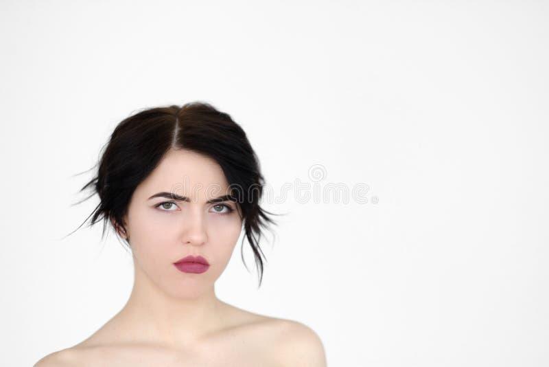 Schwermütige mürrische missmutige die Stirn runzelnde Frau des Gefühlgesichtes stockfoto