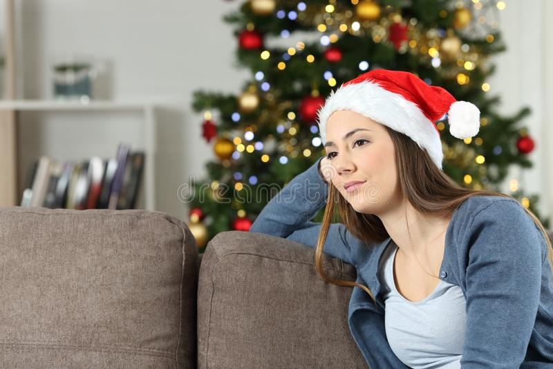 Schwermütige nachdenkliche Frau im Weihnachten zu Hause stockbild