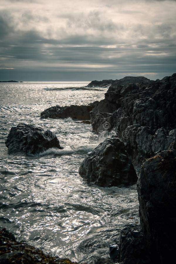 Schwermütige Seelandschaft bei Sonnenuntergang lizenzfreie stockbilder