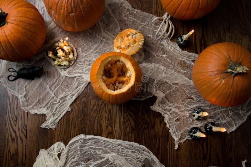 Schwermütiger Abend auf Halloween-Nacht, die Kürbise schnitzt lizenzfreies stockfoto