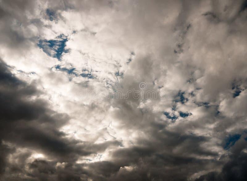 Schwermütiger bewölkter Himmel über Beschaffenheits- und Musterhintergrund stockfotografie