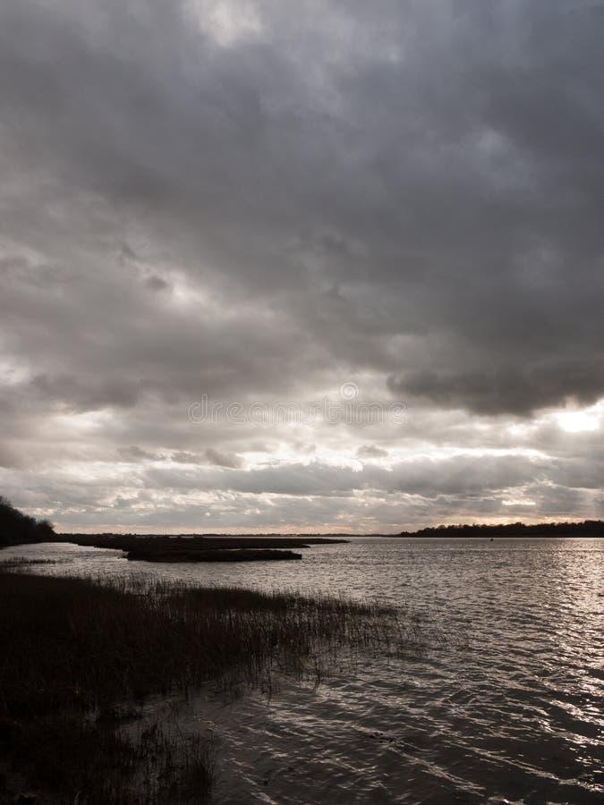 schwermütiger Himmel bewölkt Buchtozean-Flussmündung des Herbstwinters graue dunkle stockbilder