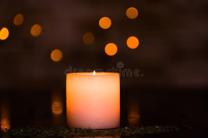 Schwermütiges Kerzenlicht mit einem netten flockigen hellen bokeh Vervollkommnen Sie für den Badekurort stockbild
