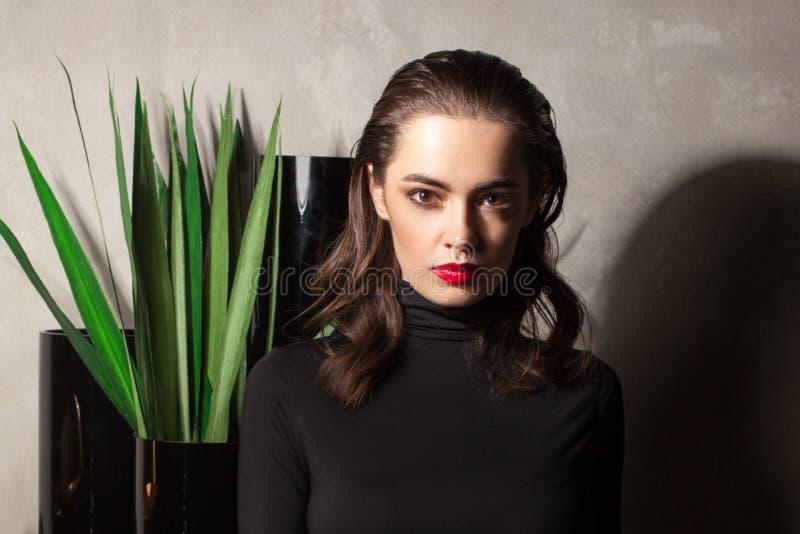 Schwermütiges weibliches Porträt im Luxusinnenraum lizenzfreies stockfoto