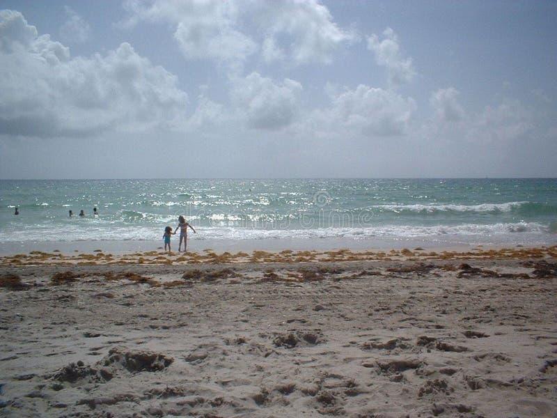 Schwester-Tag am Strand lizenzfreies stockbild