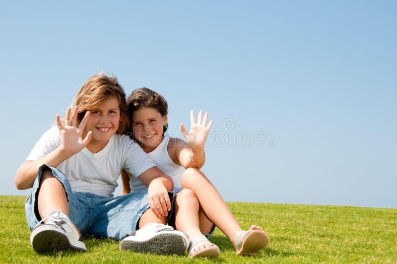 Schwester- und Bruderwellenartig bewegen stockbild
