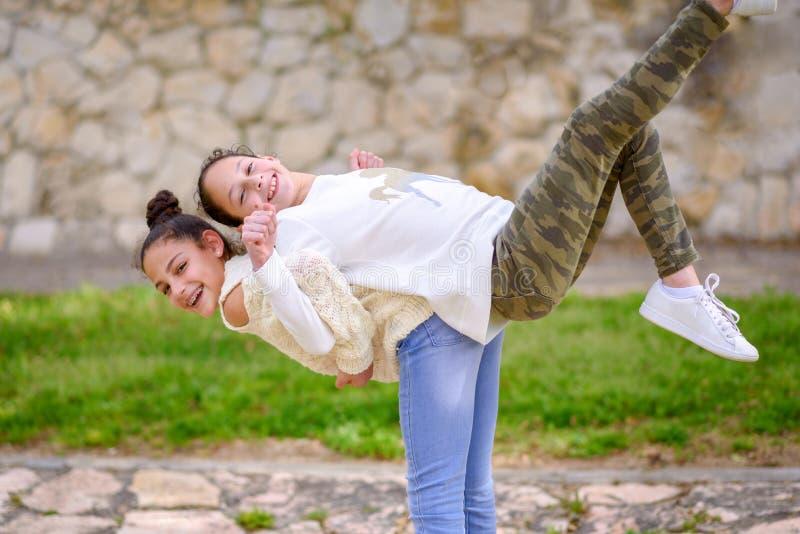 Schwestern, die den Spaß im Freien haben stockfoto