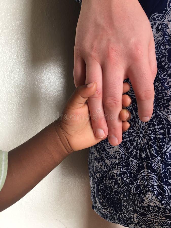 Schwestern, die Hände anhalten lizenzfreie stockfotografie