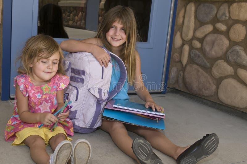 Schwestern, die Schule warten lizenzfreies stockfoto