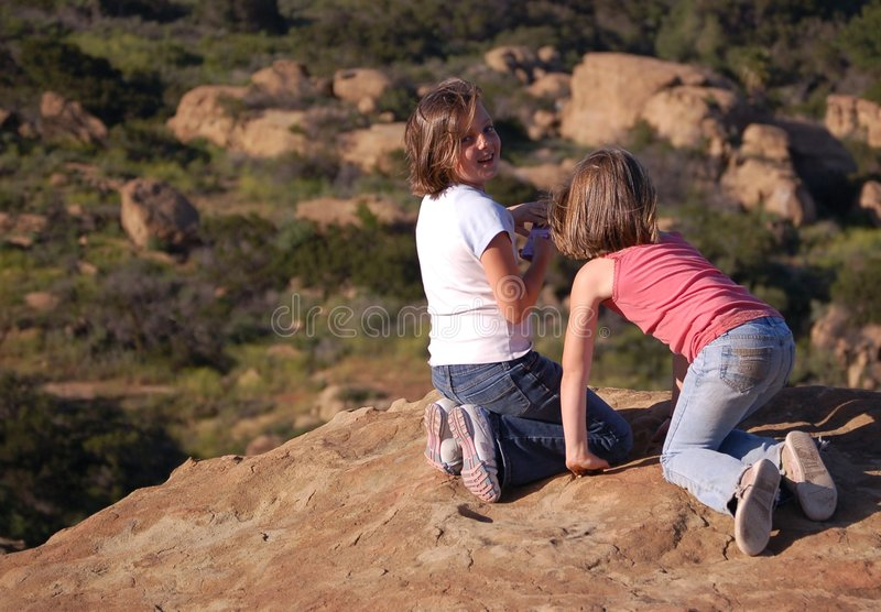 Schwestern, die Spaß haben lizenzfreies stockbild