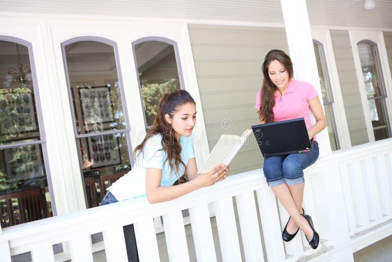 Schwestern, die zu Hause studieren stockfotografie