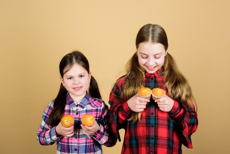 Schwestern halten gebackene Muffins Selbst gemachte Nahrung Gesunde Nahrung und Kalorie der Di?t Leckere Muffins Nettes Kinderess lizenzfreies stockfoto
