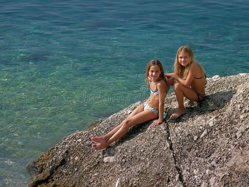 Schwestern (Zwillinge) genießend in den Sommerferien stockfoto