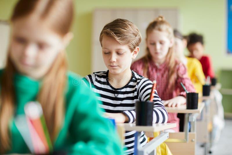 Schwierige Prüfung in der Volksschule lizenzfreies stockbild