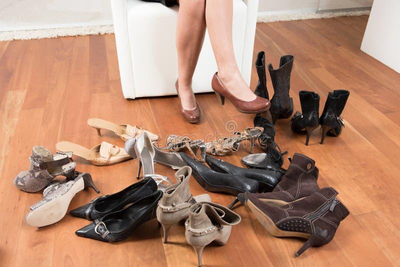 Schwierige Wahl von Schuhen stockfotos