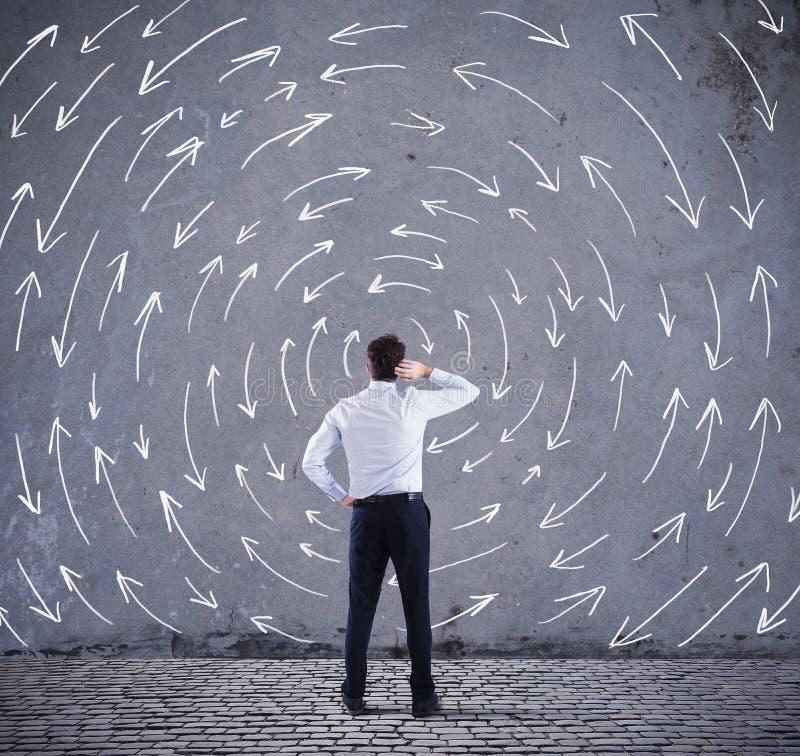 Schwierige Wahlen eines Geschäftsmannes Konzept der Verwirrung lizenzfreie stockbilder