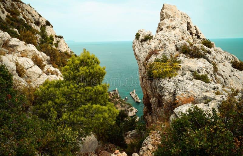 Schwieriger Wanderweg zu Calanque de Sugiton stockbild
